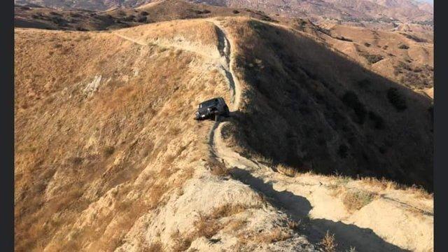 Думав, що виїде: водій покинув свій Jeep Wrangler на велотрасі в горах (фото) - фото 427062