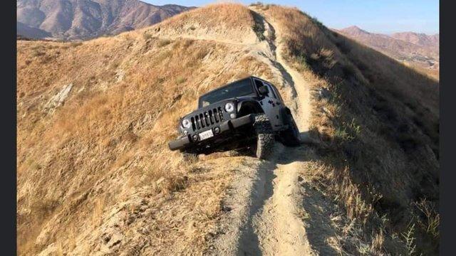 Думав, що виїде: водій покинув свій Jeep Wrangler на велотрасі в горах (фото) - фото 427063