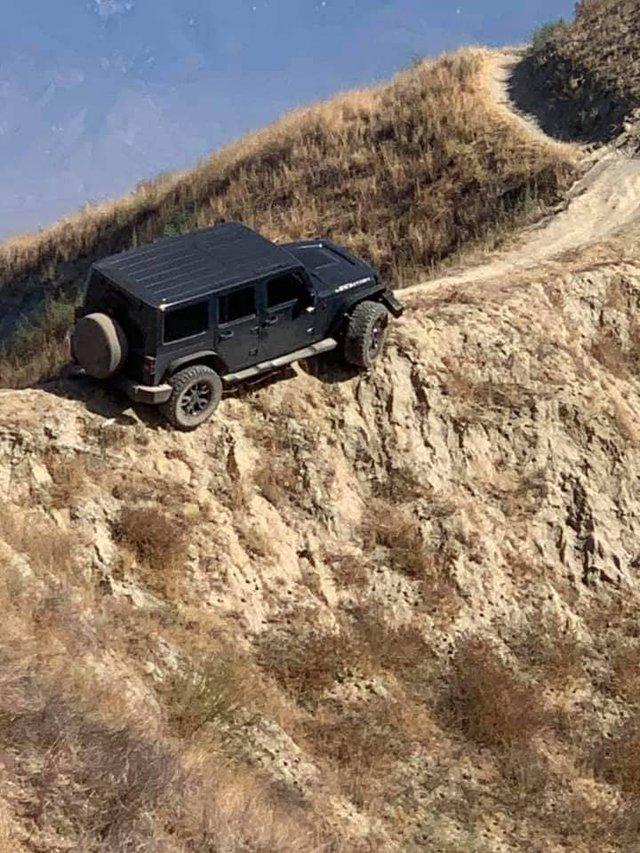Думав, що виїде: водій покинув свій Jeep Wrangler на велотрасі в горах (фото) - фото 427064