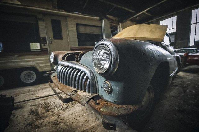 У покинутій школі виявили колекцію рідкісних авто: фото - фото 427089