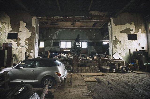 У покинутій школі виявили колекцію рідкісних авто: фото - фото 427092