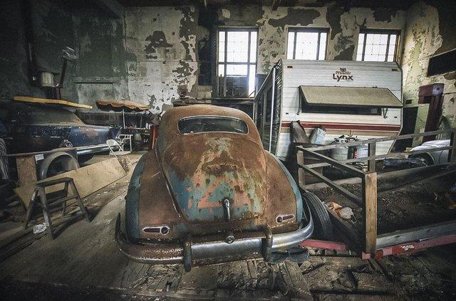 У покинутій школі виявили колекцію рідкісних авто: фото - фото 427094
