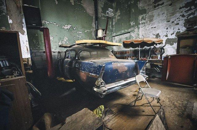 У покинутій школі виявили колекцію рідкісних авто: фото - фото 427097