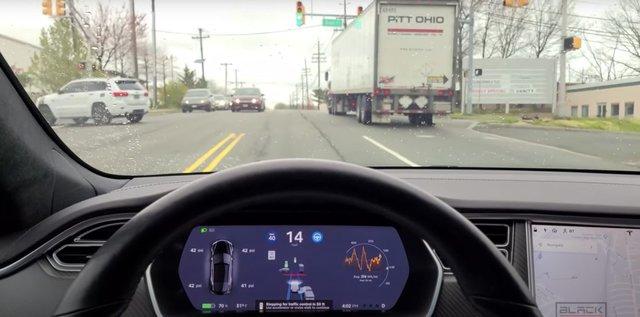 Автопілот Tesla навчився проїжджати перехрестя на зелене світло - фото 428642