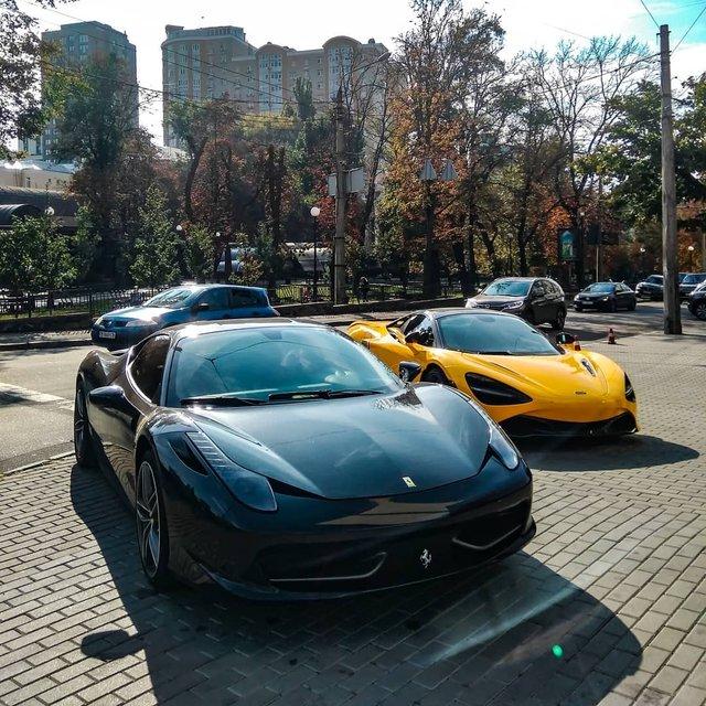 У Києві потрапила на фото парковка з суперкарами на мільйон доларів - фото 428699