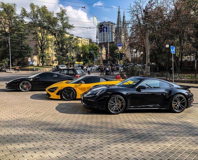 У Києві потрапила на фото парковка з суперкарами на мільйон доларів - фото 428700