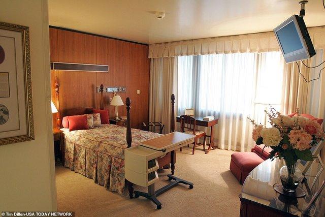 У мережі показали, як виглядає палата Трампа, в якій 6 кімнат - фото 428788