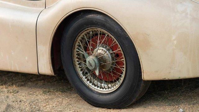 В амбарі виявили 66-річний родстер Jaguar з багатою історією: фото - фото 429122
