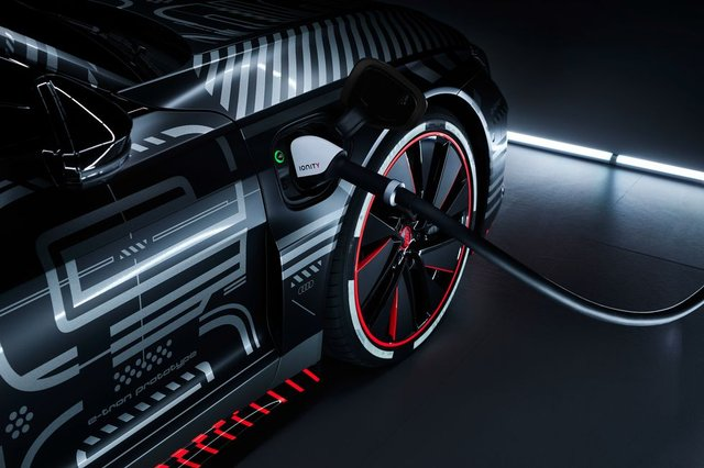 Audi представила прототип потужного E-Tron GT: ефектні фото - фото 429379