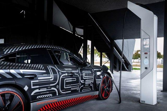 Audi представила прототип потужного E-Tron GT: ефектні фото - фото 429382