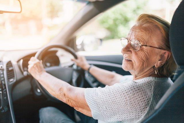 Водії похилого віку рідше потрапляють у ДТП - фото 429457