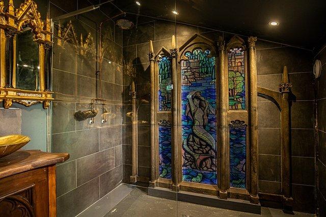 В Англії відкрили номер-гуртожиток Ґрифіндор з Гаррі Поттера: атмосферні фото - фото 429757
