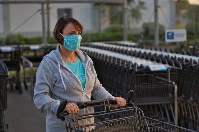 Коронавірус в Україні: чи можна заразитись COVID-19 на вулиці - фото 429769