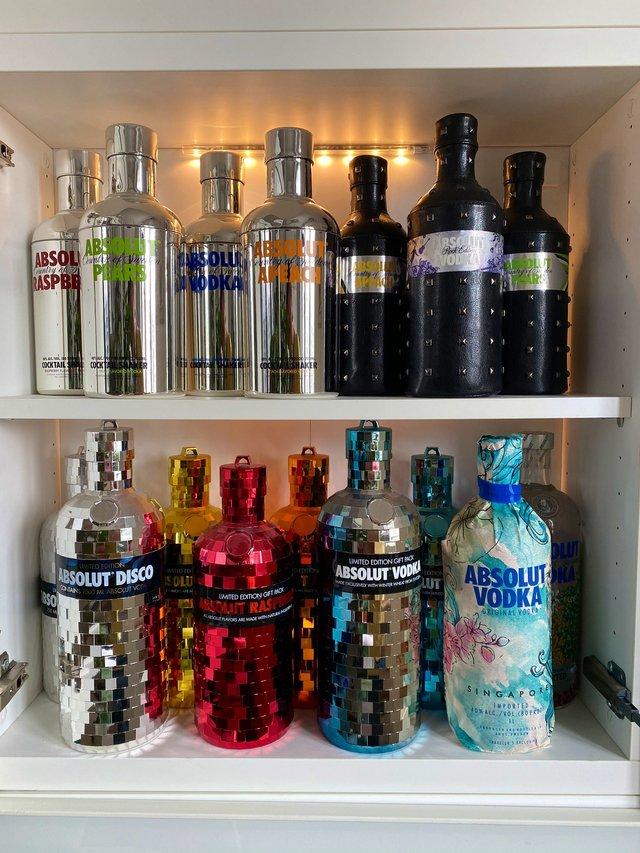 Юзер Twitter збирає лімітовані пляшки Absolut: фото 124 версії з оригінальним дизайном - фото 429773