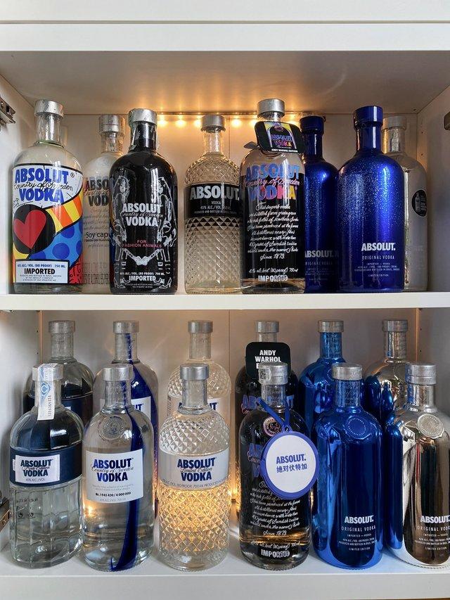 Юзер Twitter збирає лімітовані пляшки Absolut: фото 124 версії з оригінальним дизайном - фото 429775