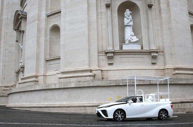 Новим автомобілем Папи Римського став стильний водневий седан Toyota: фото - фото 429893