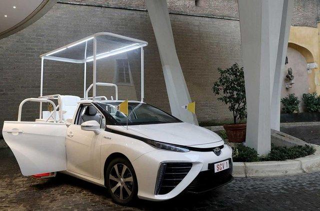 Новим автомобілем Папи Римського став стильний водневий седан Toyota: фото - фото 429896