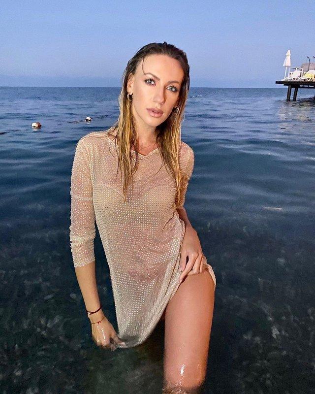Леся Нікітюк завела шанувальників ідеальною фігурою у мокрій сукні - фото 429911