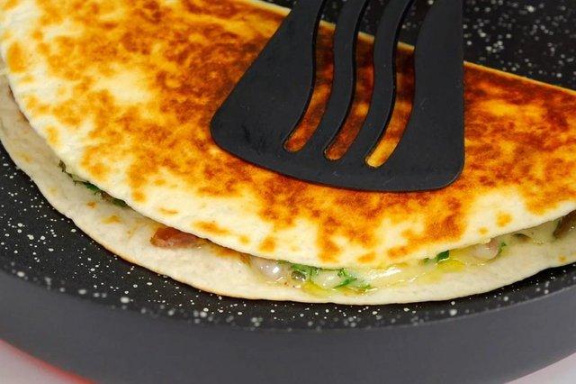 Сніданок за п'ять хвилин: як приготувати ліниві 'чебуреки' - фото 429965