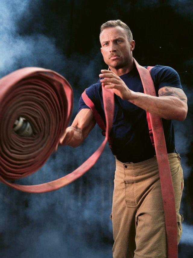 В Австралії оголені пожежники з милими звірятами знялися для календаря: круті фото - фото 430246