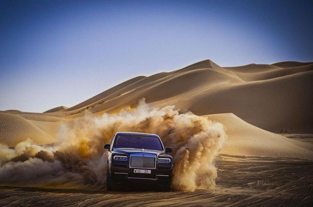 Дивіться, як розкішний Rolls-Royce Cullinan розсікає піщаними дюнами (відео) - фото 430438