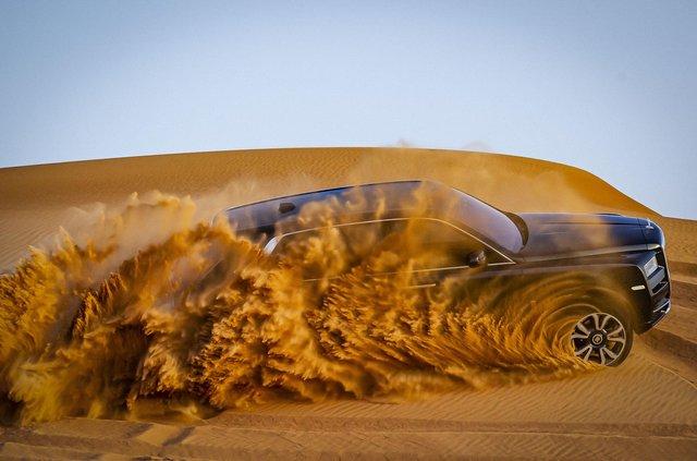 Дивіться, як розкішний Rolls-Royce Cullinan розсікає піщаними дюнами (відео) - фото 430439