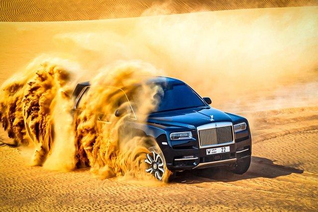 Дивіться, як розкішний Rolls-Royce Cullinan розсікає піщаними дюнами (відео) - фото 430440