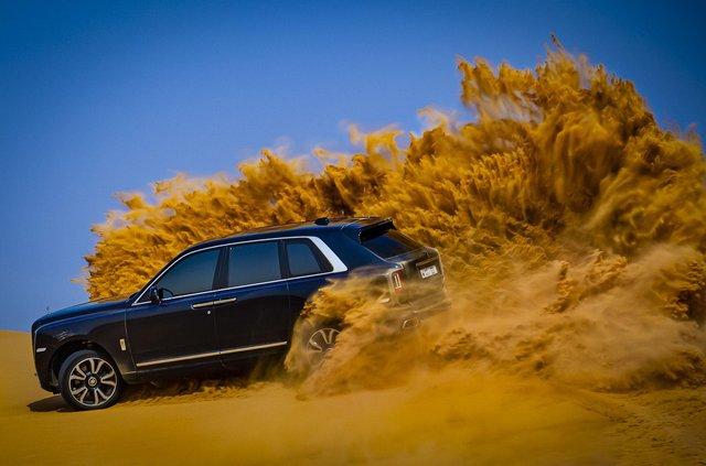 Дивіться, як розкішний Rolls-Royce Cullinan розсікає піщаними дюнами (відео) - фото 430441