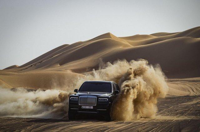 Дивіться, як розкішний Rolls-Royce Cullinan розсікає піщаними дюнами (відео) - фото 430442