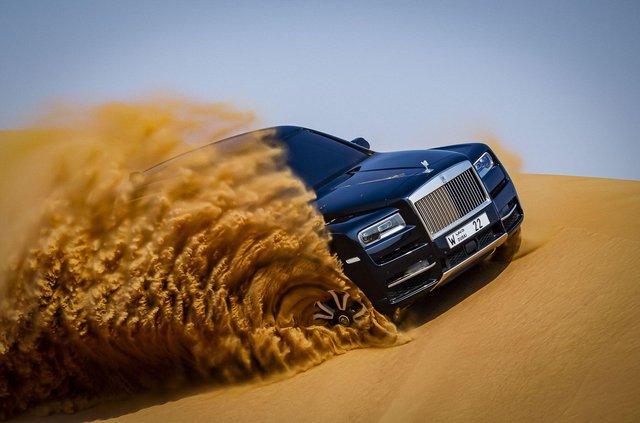 Дивіться, як розкішний Rolls-Royce Cullinan розсікає піщаними дюнами (відео) - фото 430443