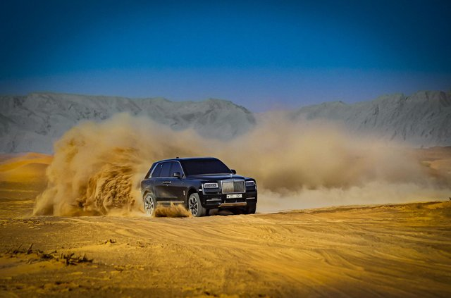 Дивіться, як розкішний Rolls-Royce Cullinan розсікає піщаними дюнами (відео) - фото 430446