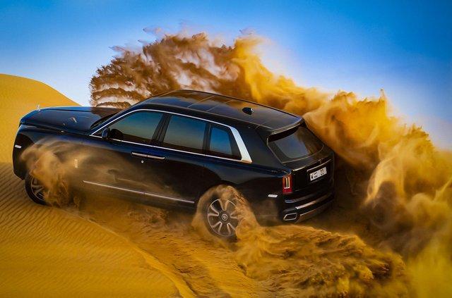Дивіться, як розкішний Rolls-Royce Cullinan розсікає піщаними дюнами (відео) - фото 430447