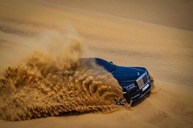 Дивіться, як розкішний Rolls-Royce Cullinan розсікає піщаними дюнами (відео) - фото 430449