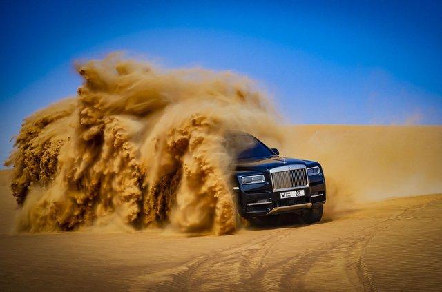 Дивіться, як розкішний Rolls-Royce Cullinan розсікає піщаними дюнами (відео) - фото 430450
