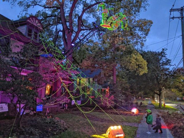 Американець прикрасив будинок до Хелловіну величезним павуком: атмосферні кадри - фото 430512