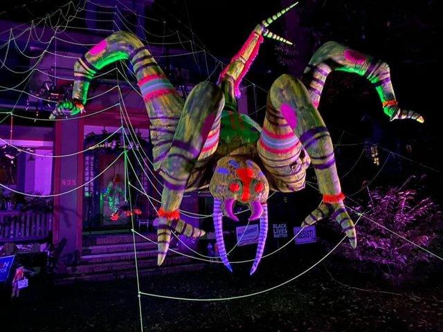 Американець прикрасив будинок до Хелловіну величезним павуком: атмосферні кадри - фото 430513