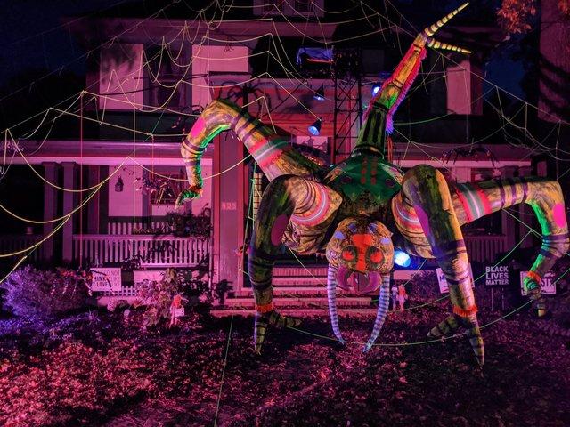 Американець прикрасив будинок до Хелловіну величезним павуком: атмосферні кадри - фото 430514