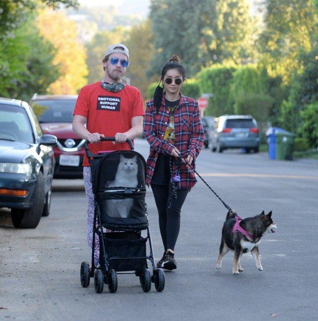 Маколей Калкін прогулюється зі своєю коханою - фото 430628