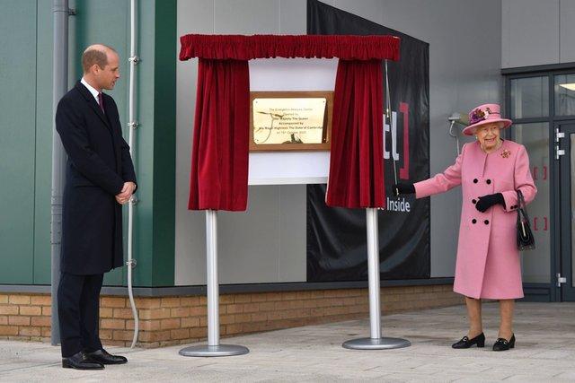 Королева Єлизавета II вперше за довгий час вийшла у світ - фото 430633