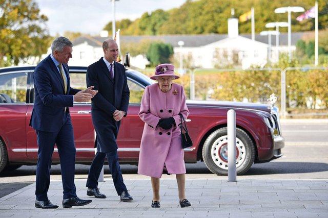 Королева Єлизавета II вперше за довгий час вийшла у світ - фото 430634