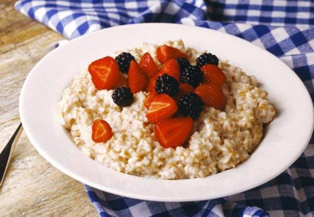 Фахівці розповіли, який сніданок допоможе уникнути стресу вранці - фото 433164