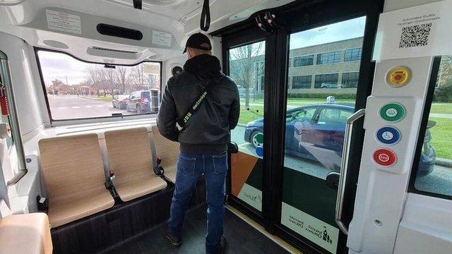У Канаді почали курсувати безпілотні міські автобуси - фото 433668