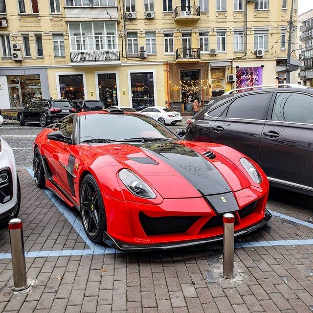 У Києві потрапив на фото дуже крутий і дуже рідкісний суперкар Ferrari - фото 434556