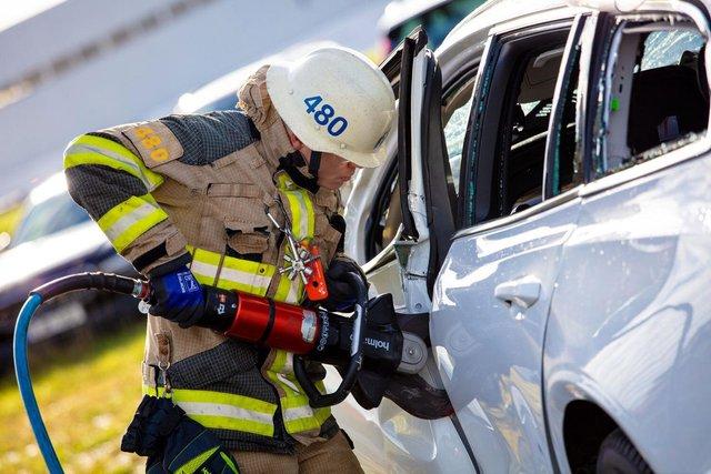 Volvo скидає свої автомобілі з 30-метрової висоти: навіщо це роблять? - фото 434923