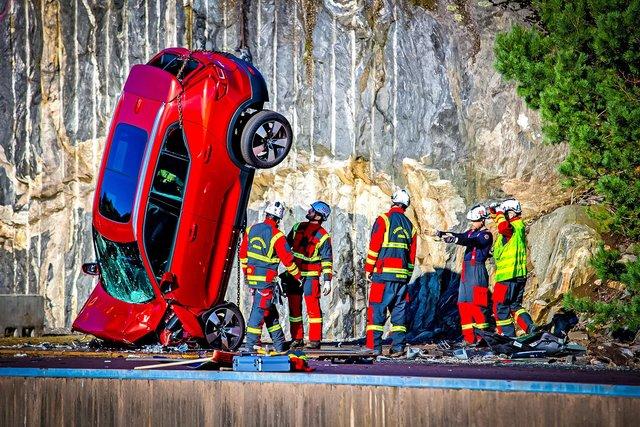Volvo скидає свої автомобілі з 30-метрової висоти: навіщо це роблять? - фото 434924