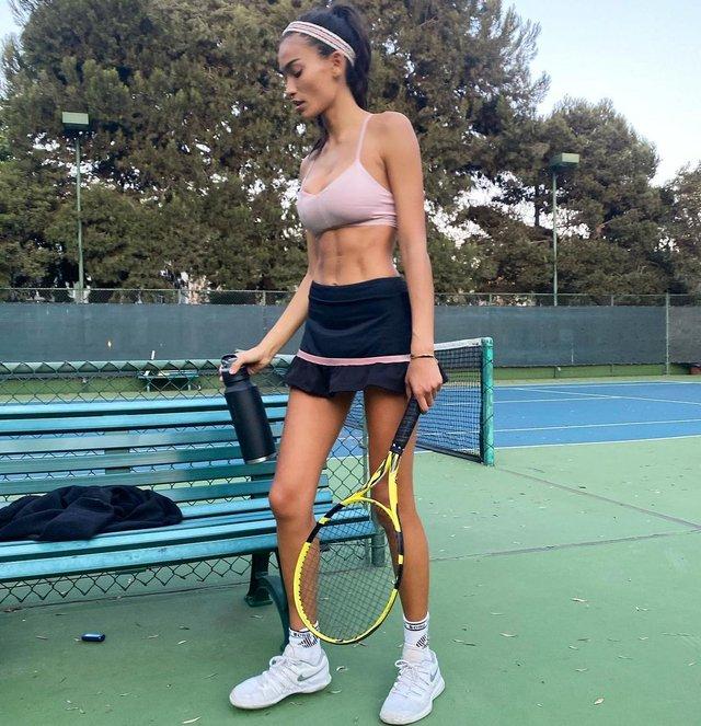 Гаряча тенісистка: модель Келлі Гейл розбурхала своїми формами (18+) - фото 435941