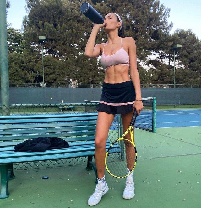 Гаряча тенісистка: модель Келлі Гейл розбурхала своїми формами (18+) - фото 435942