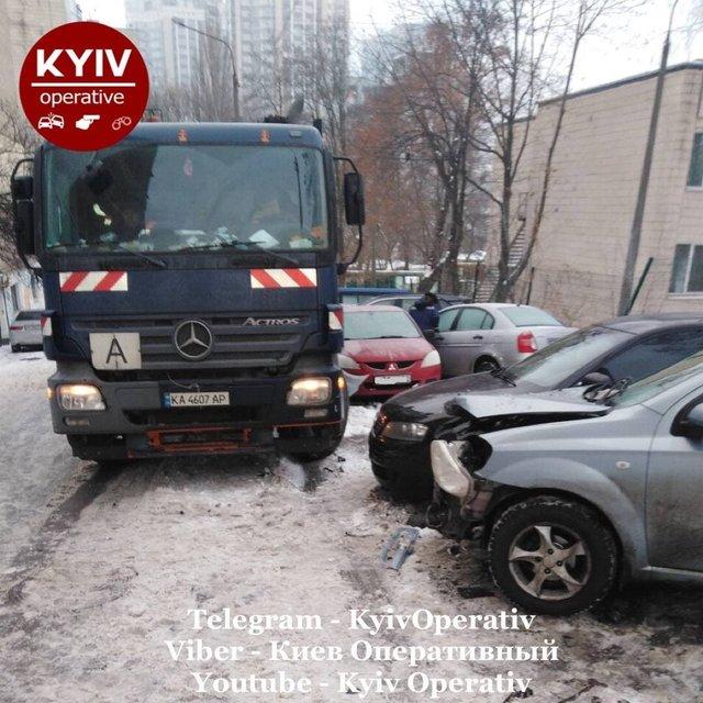 У Києві сміттєвоз розтрощив десяток авто: фотофакт - фото 444332