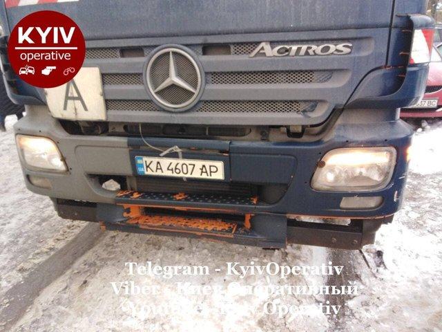 У Києві сміттєвоз розтрощив десяток авто: фотофакт - фото 444333