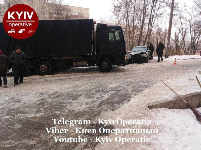 У Києві сміттєвоз розтрощив десяток авто: фотофакт - фото 444335